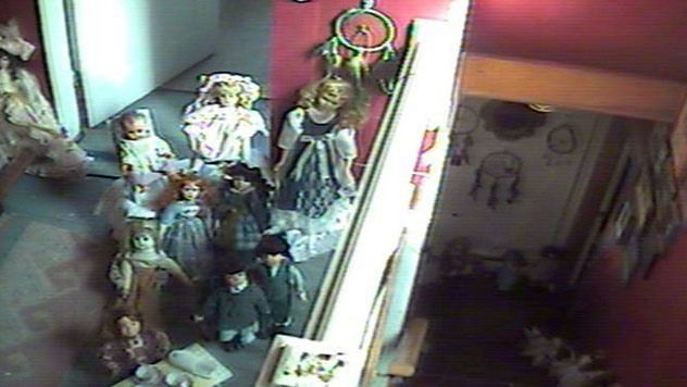 Arwah anak-anak pada sekumpulan boneka