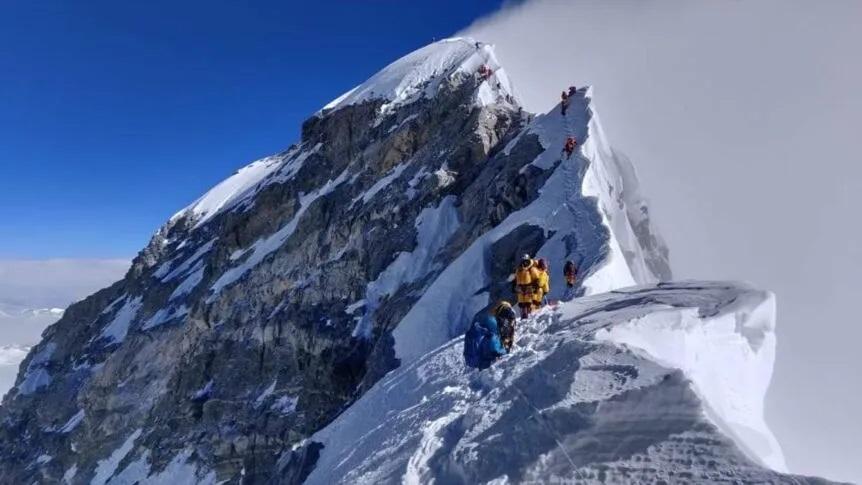 Menjadi penunjuk jalan dan ukuran ketinggian untuk pendaki lain