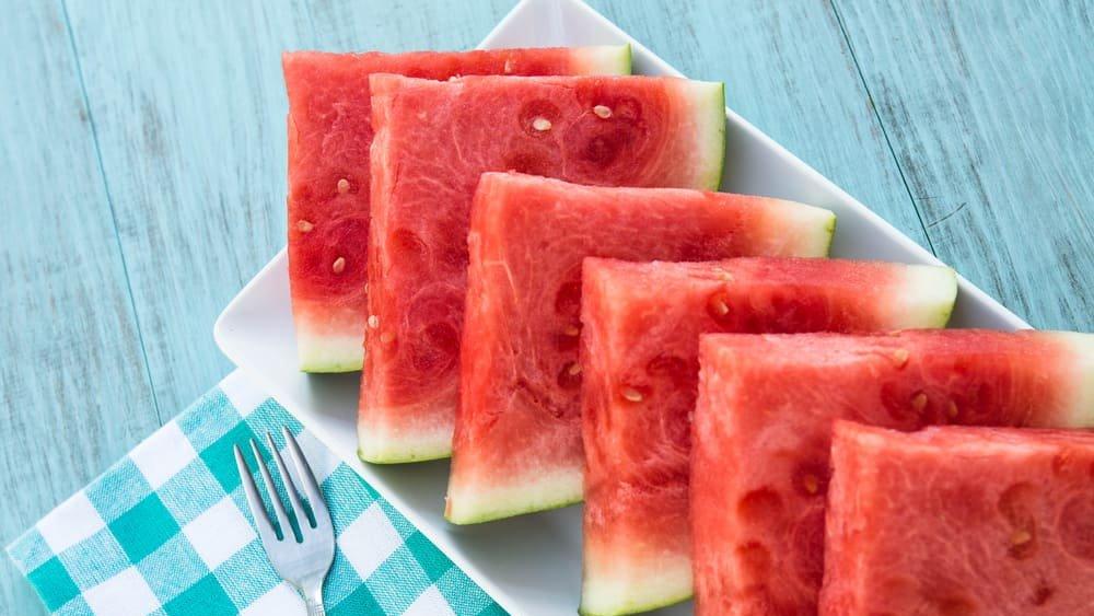 Gangguan pencernaan karena minum air setelah makan semangka
